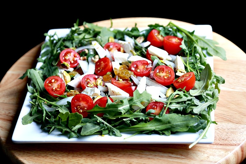 Arugula salad with Arabic white cheese and pistachio